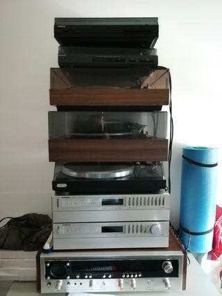 Tocadiscos, amplificadores, platos y bafled