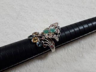 anillo de plata con esmeraldas rubies y zafiros