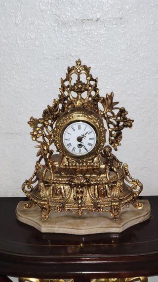 Reloj de bronce antiguo