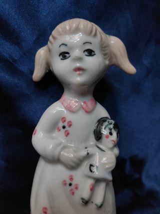 Niña con muñeca. Porcelana.