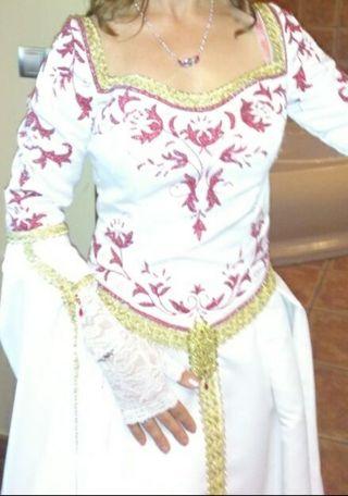 vestido novia medieval blanco rojo oro con capa