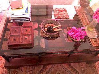 Mesa de madera y reja de hierro