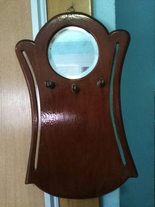 culgador de llaves con espejo antiguo
