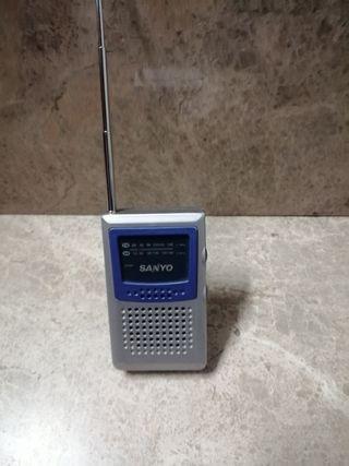Se vende radio AM/FM a pilas y antena