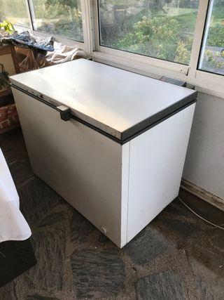 Congelador horizontal grande en funcionamiento