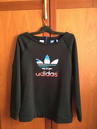 Sudadera negra Adidas con el logo en el delantero