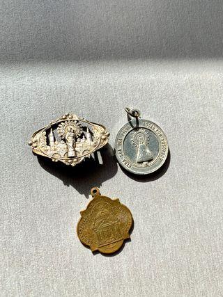 2 medallas y aguja Virgen del Pilar antiguas
