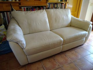 Sofá IKEA de piel sintética blanco.