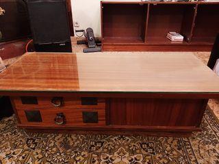 Mesa baja con cristal para salón