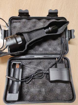 Linterna Potente con bateria y caja