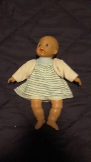 muñeco pequeño con trajecitos