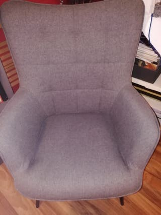 sillón de tela y reposa pies