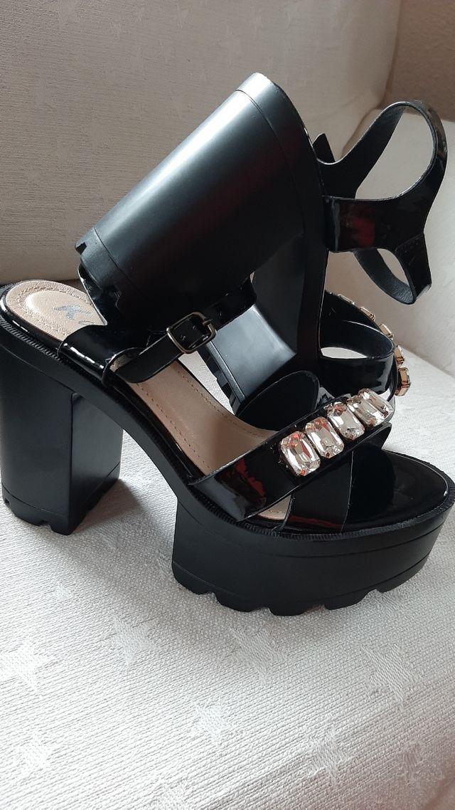 Sandalias negras con plataforma