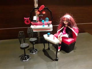 Conjunto Monster High: muñeca, mesa, tocador, sofa