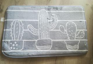 alfombra de baño con estampado de cactus
