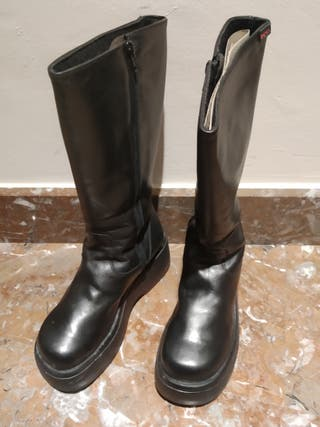 Botas negras de chica, con plataforma.