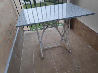 Mesa con patas de máquina de coser antigua.
