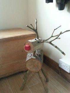 Reno de navidad hecho con troncos