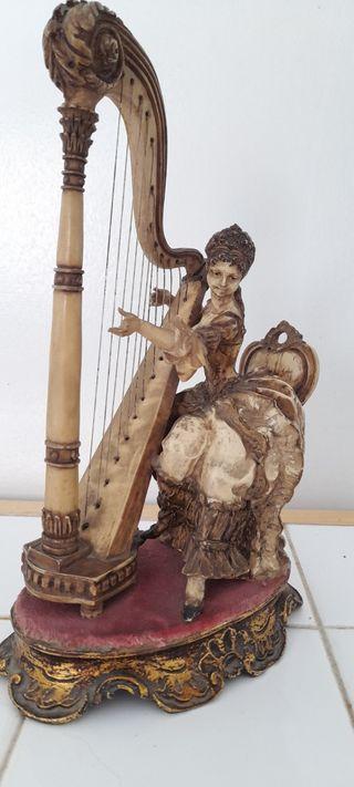 Figura decorativa. Mujer con arpa.