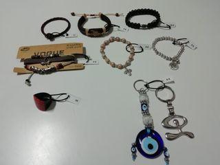 Pulseras, anillo y llaveros