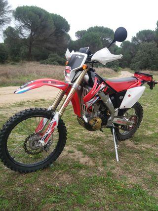Moto Enduro Honda CRF 250 X.