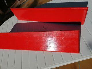 estantes de madera rojo