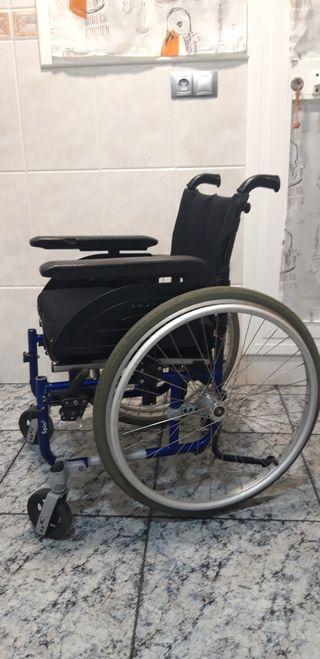 Silla de ruedas con cojín antiescaras
