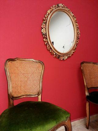 conjunto antiguo de sillas y espejo