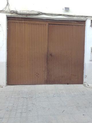 Puerta de cochera de hierro.