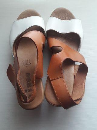 sandalias blancas y marrón