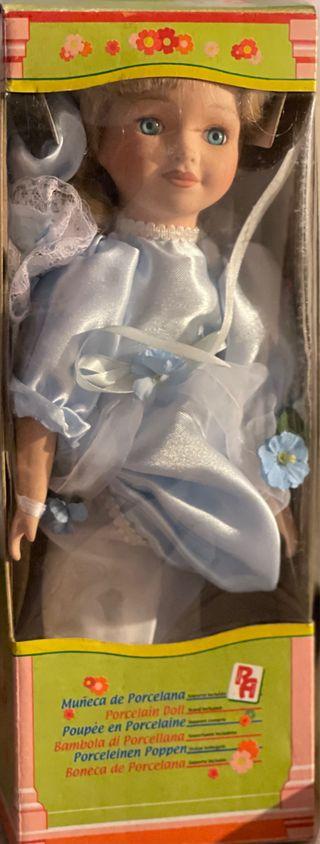 Muñeca de porcelana en caja