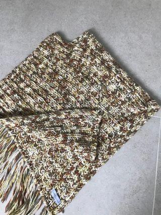 Poncho de lana y flecos, de Zara. Talla S-M.