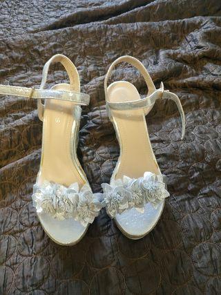 Sandalias plateadas sin usar
