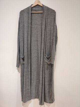 Chaqueta abierta gris de Zara. T. M