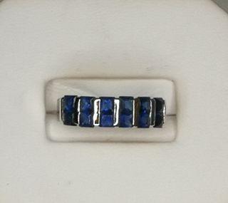 Bonito anillo de zafiros y plata 925