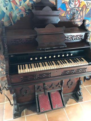 Órgano piano muy antiguo siglo pasado