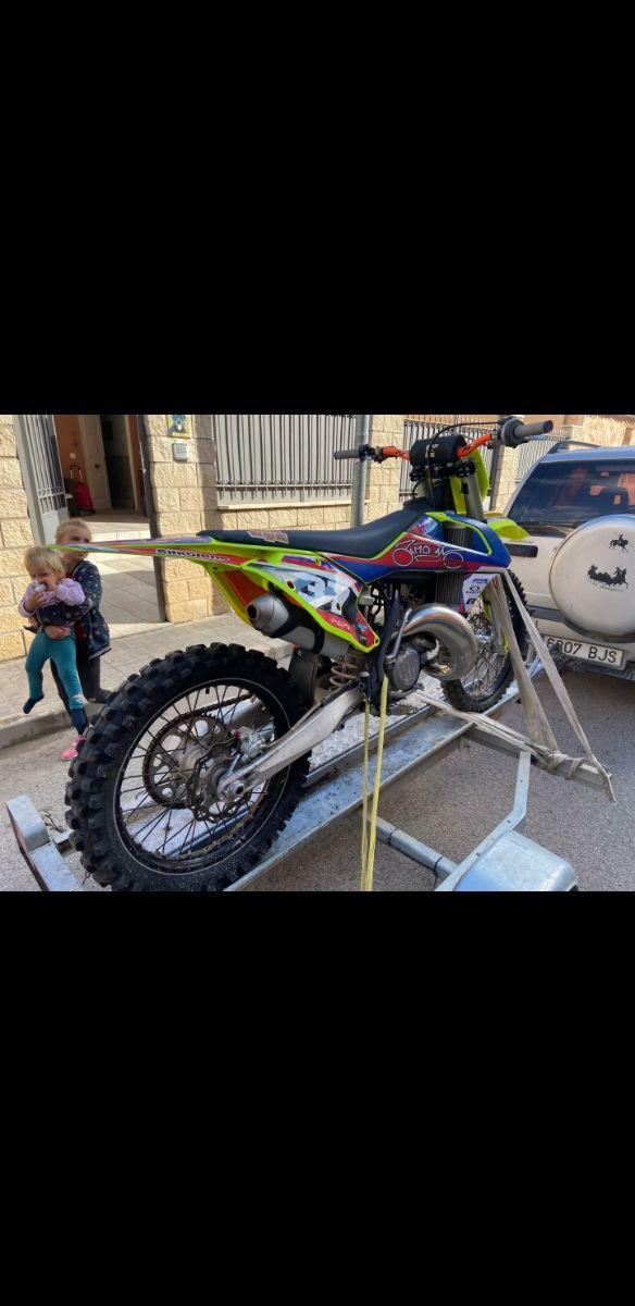 KTM cross y carro de moto
