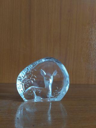Figura de cristal en relieve