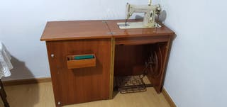 Mueble con maquina de coser SINGER