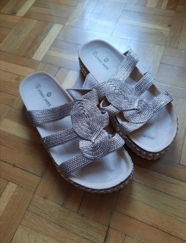 Sandalias doradas con plataforma