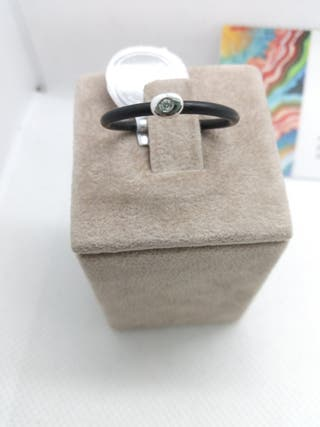 anillo de caucho y motivo oro blanco con brillante
