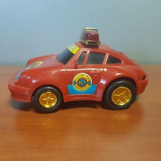 Coche juguete de policía antiguo