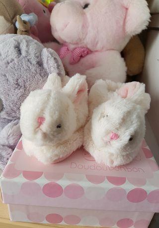zapatillas/patucos bebé,dos conejitos con cascabel