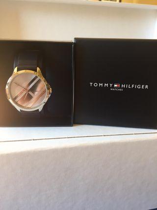 Relojj Tommy Hilfiger caja y esfera plateadas corr