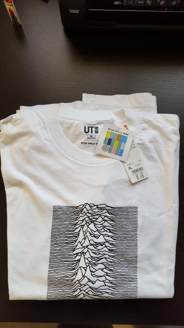 Camiseta Uniqlo Peter Saville Remix con etiquetas