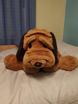 Perro de peluche grande con collar