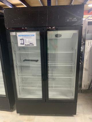 armario de tres puertas refrigeradas