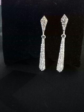 Pendientes alargados en tonos cristal y plata