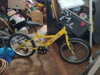 Bicicleta amarilla de niño