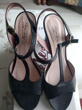 Sandalia negra de tacón.